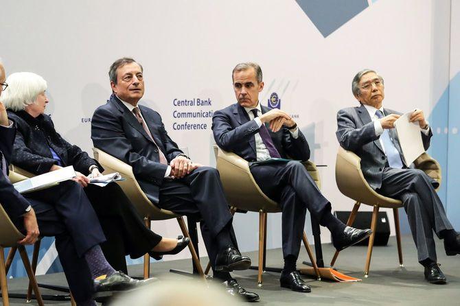 2017年11月14日、独のフランクフルトで開催された中央銀行の会議にて。(左から)イエレンFRB議長、ECBドラギ、BOEカーニー、日銀黒田の各総裁。2020年11月12日にECBが開催した同様のパネル・ディスカッションには、黒田日銀総裁の姿はなかった