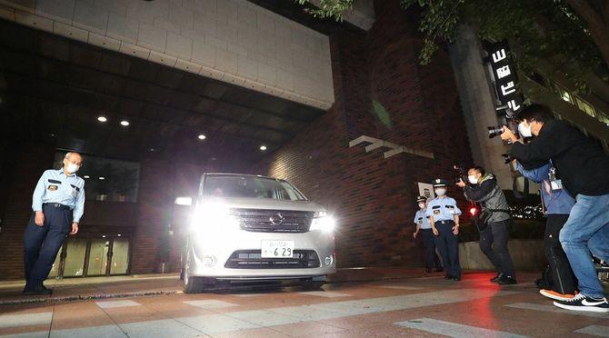背任容疑の関係先として東京地検特捜部の捜索が入った日本大学本部から出る車両