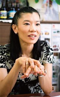 <strong>ホッピービバレッジ取締役副社長 石渡美奈</strong>●1968年、東京都生まれ。立教大学卒業後、日清製粉(現・日清製粉グループ本社)に入社。人事部に所属し、93年に退社。広告代理店でのアルバイトを経て、97年ホッピービバレッジに入社。広報宣伝を経て、2003年現職に就任。