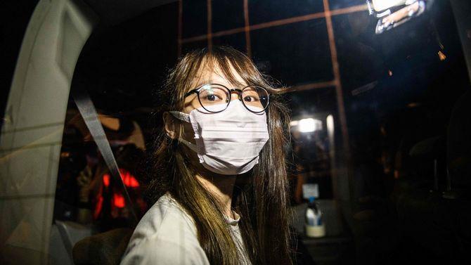 香港の著名な民主主義活動家アグネス・チョウ氏は、2020年8月10日遅く、香港の新国家安全保障法の下で逮捕された。自宅から連行される車の窓から外を見ているアグネス・チョウ氏。