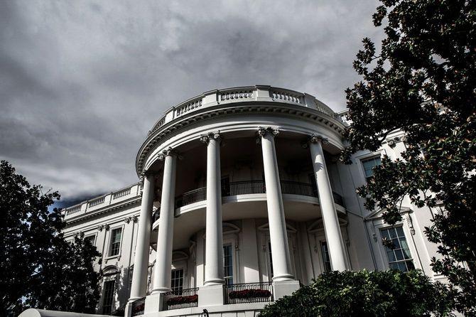 曇り空の下のホワイトハウス