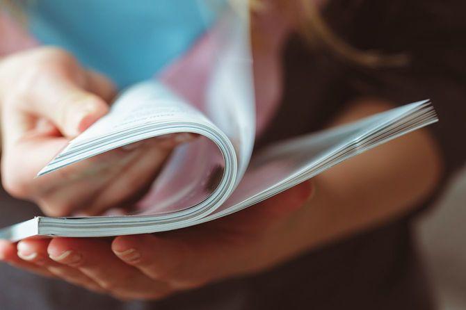 女性が自宅で雑誌を読む