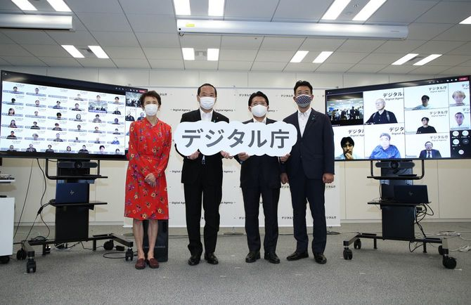 デジタル庁/撮影に応じる平井デジタル相ら