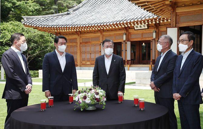 ソウルの韓国大統領府で、文在寅大統領(中央)と面会するサムスン、現代自動車など4大財閥の代表(韓国・ソウル)=2021年6月2日