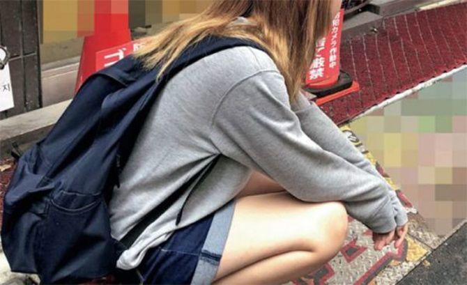 開店前の出会い喫茶入口に座り込み、ゴミ漁りするカラスを眺め1日がはじまる(撮影=週刊SPA!取材班)