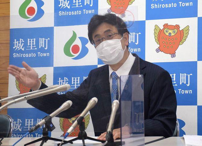 自身の新型コロナウイルスワクチン接種の経緯を説明する茨城県城里町の上遠野修町長=2021年5月13日、同町役場