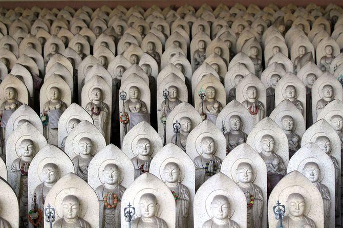 仏教寺院における数百の仏地蔵彫像