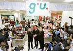 g.u.の1号店の開店セレモニーに臨む柳井正・ファーストリテイリング会長兼社長(中央左)。2009年現在、全国に72店舗を展開する。