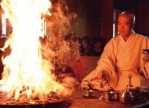 慈眼寺で定期的に行われる護摩修法。大阿闍梨を慕って、訪れる起業家や著名人も少なくない。