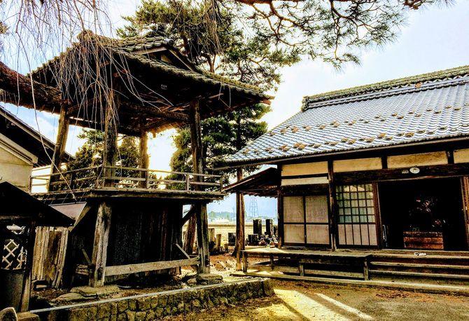 長野県のある寺の鐘楼堂は、梵鐘が金属供出で取り外されたままになっている