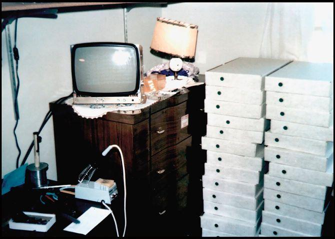 ここから始まり世界屈指の巨大企業に――。若き日のジョブズの寝室に積み上げられた、アップルコンピュータ初の製品「アップルI」の最初の生産分を詰めた箱。撮影もジョブズ自身。(1976年)