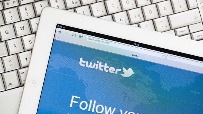 iPad2に表示されたTwitter画面と、Macのキーボード