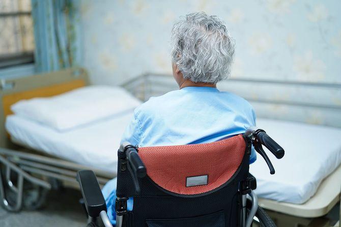 車椅子に座っているアジアの高齢者