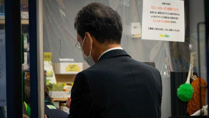 感染予防のため、ビニールカーテンを設置しているキオスク=東京・恵比寿、2020年5月8日