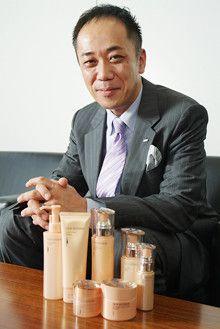 <strong>カネボウ化粧品代表取締役兼社長執行役員 知識賢治<br></strong>1963年、兵庫県生まれ。85年、同志社大学法学部卒業後、鐘紡(現カネボウ化粧品)入社。マーケティング、企画などの業務を経験。98年4月、リサージの社長に就任。2004年3月、カネボウ化粧品事業本部長。04年5月、カネボウ化粧品の社長に就任。リサージ時代から、女性部下を多く持ってきた。成功・失敗ともに当時の経験がいまに活きている。