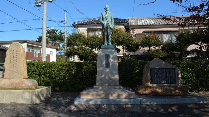 姫島村の風景。藤本昭夫村長の前任で父でもある熊雄氏の銅像が立つ