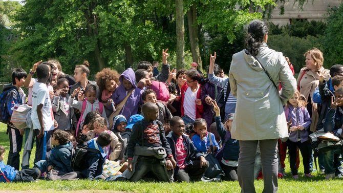 パリのサクレクール寺院の近くで、美術館に入るのを待っている子供たち