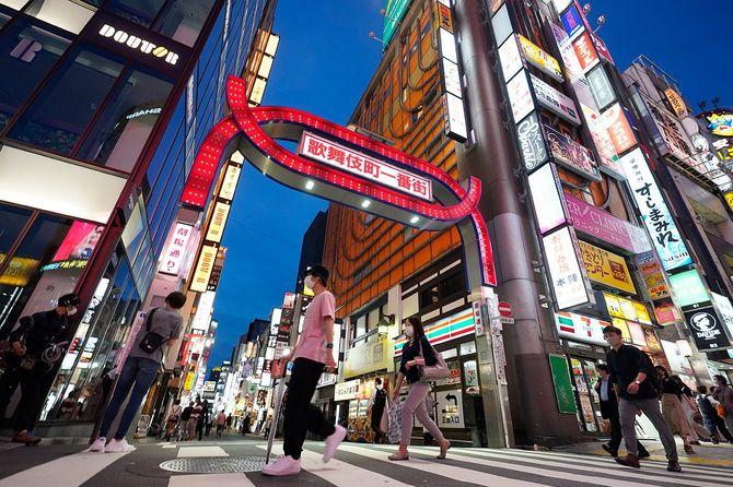 飲食店などが並ぶ東京・歌舞伎町。政府は25日、新型コロナウイルス感染症対策本部を首相官邸で開き、東京、神奈川、埼玉、千葉、北海道の5都道県で続いていた緊急事態宣言について、月末の期限を待たず解除した。=2020年5月25日、東京都新宿区