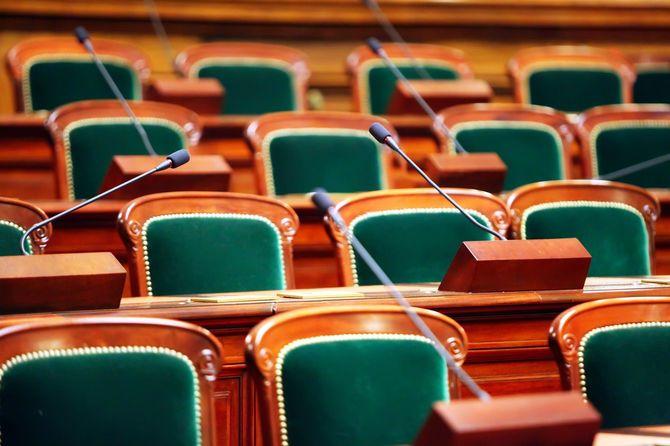 空席の議会場