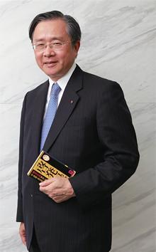 <strong>住友生命保険社長 佐藤義雄</strong>●1949年、福岡県生まれ。73年九州大学法学部卒業後、住友生命保険入社。営業畑と運用畑を中心に歩む。2000年取締役嘱総合法人本部長就任。常務取締役などを経て、07年より現職。趣味は読書で、特に中国古典や歴史小説を数多く読む。