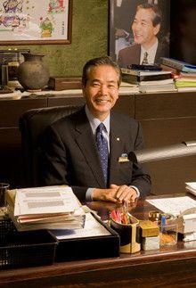 <strong>千房社長 中井政嗣</strong><br>1945年、奈良県生まれ。61年、當麻町立白鳳中学校卒。73年、お好み焼き専門店「千房」をオープン。数々のユニークな施策で同店を人気店に押し上げた。現在は日本全国と米国ハワイに直営・FC合わせて60店舗を展開する。著書に『できるやんか!』など。