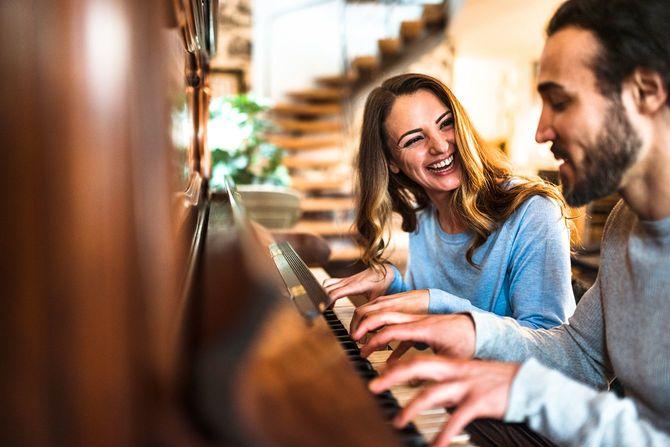 フランスのカップルは、ピアノの鍵盤