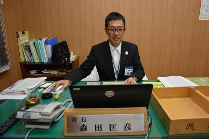 コンビニ店員から村長になった森田匡彦。狭い村長室の机には『地方行政のヒミツ』(小西砂千夫著、ぎょうせい)が置いてあった。