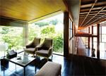 箱根の強羅花壇は、旅館でありながら、周囲が展望できるラウンジや、プール、アジア風のスパなど、リゾートホテル並みの設備を備える。世界を知る、元通訳の女将ならではのグローバルな展開である。