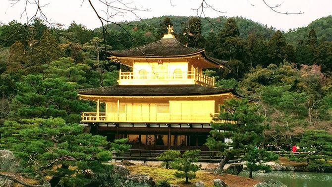 黄金の輝きを放つ鹿苑寺金閣