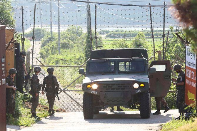 北朝鮮との国境に近い韓国・坡州(パジュ)の軍事監視所で軍用車両に乗り込む韓国陸軍兵士たち、2020年6月19日