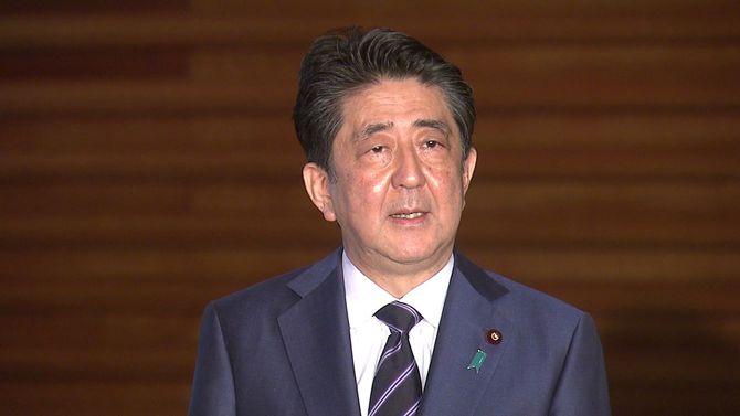 5月21日、首相官邸でぶら下がり取材に応じる安倍首相。