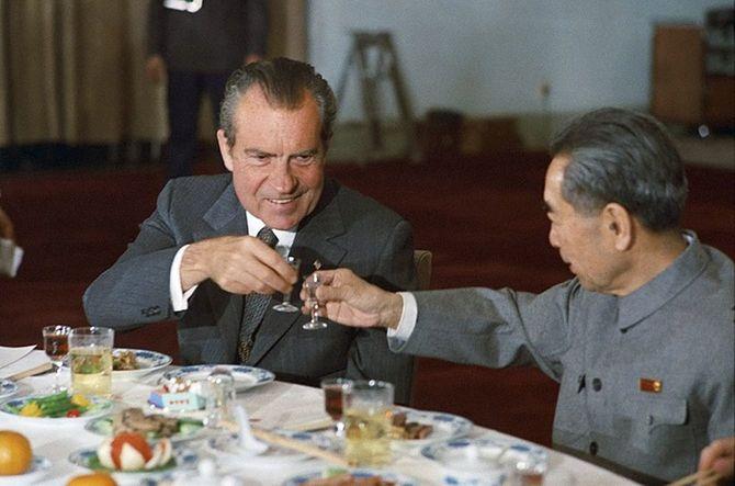 中国の周恩来総理と盃を交わすニクソン大統領