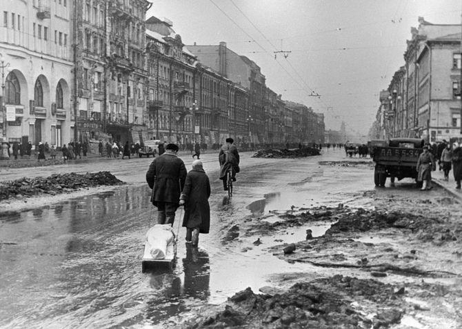 レニングラードの通りを行く市民