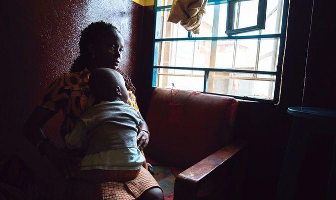 性被害を受けた3歳の男児を抱きかかえる、レイプクライシスセンターの女性担当者(アフリカ、シエラレオネ・フリータウン、2018年5月、著者撮影)