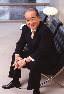 <strong>アサヒビール 荻田 伍社長</strong><br>1942年、福岡県生まれ。嘉穂東高校、九州大学経済学部卒後、アサヒビール入社。北関東での営業職などを経て、福岡支社長、九州地区本部長などを歴任。2002年にアサヒ飲料へ出向、翌年社長に。06年アサヒビールに復帰し、現職。