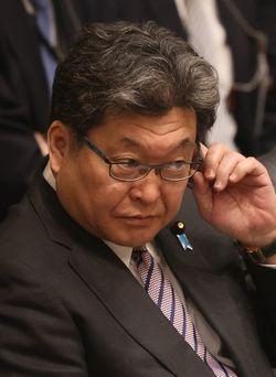 2020年3月17日、東京・国会の参院予算委員会で野党議員の質問に耳を傾ける萩生田光一文部科学大臣