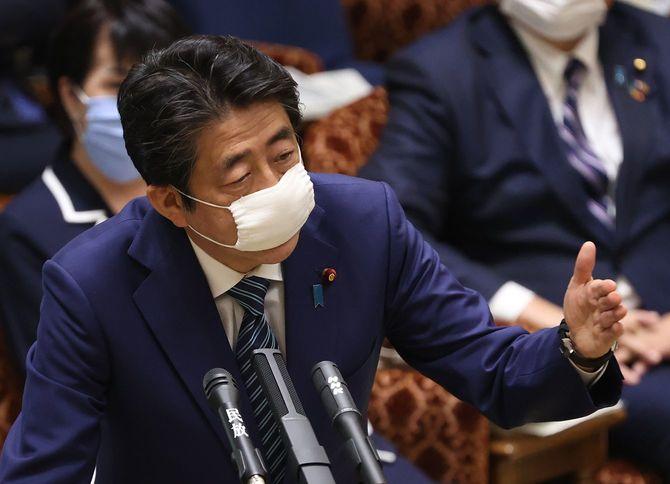 参院予算委員会で答弁する安倍晋三首相