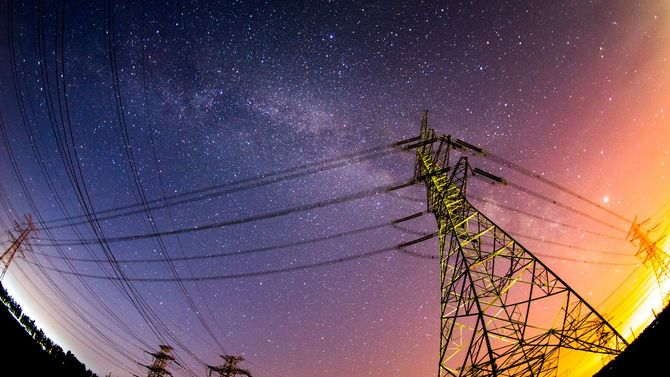 夕方の送電鉄塔