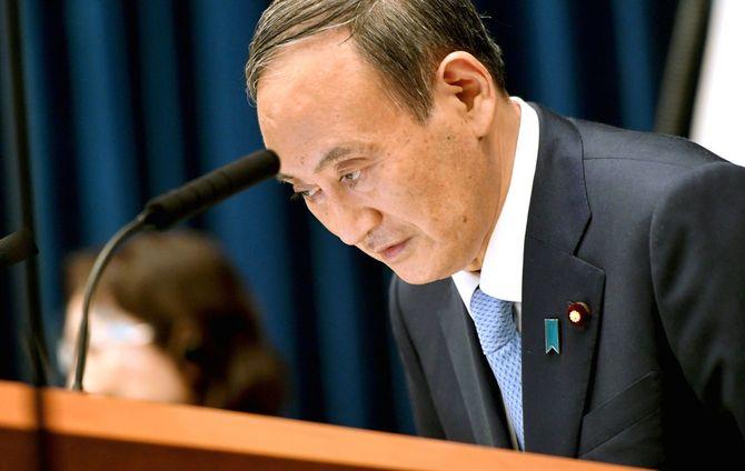 記者会見で国民へ理解と協力を呼び掛け、一礼する菅義偉首相=2021年8月17日、首相官邸[代表撮影]