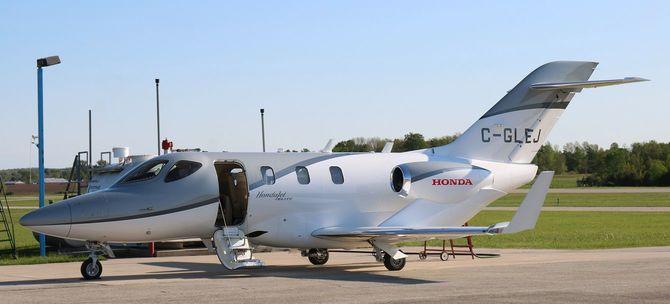 2019年6月2日、カナダ・ハノーバー空港で燃料を補給する駐機場のホンダジェット