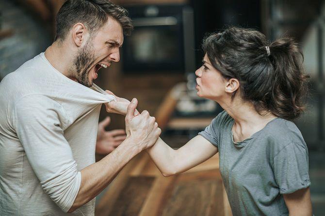 自宅に自分たちの問題について主張している積極的なカップル