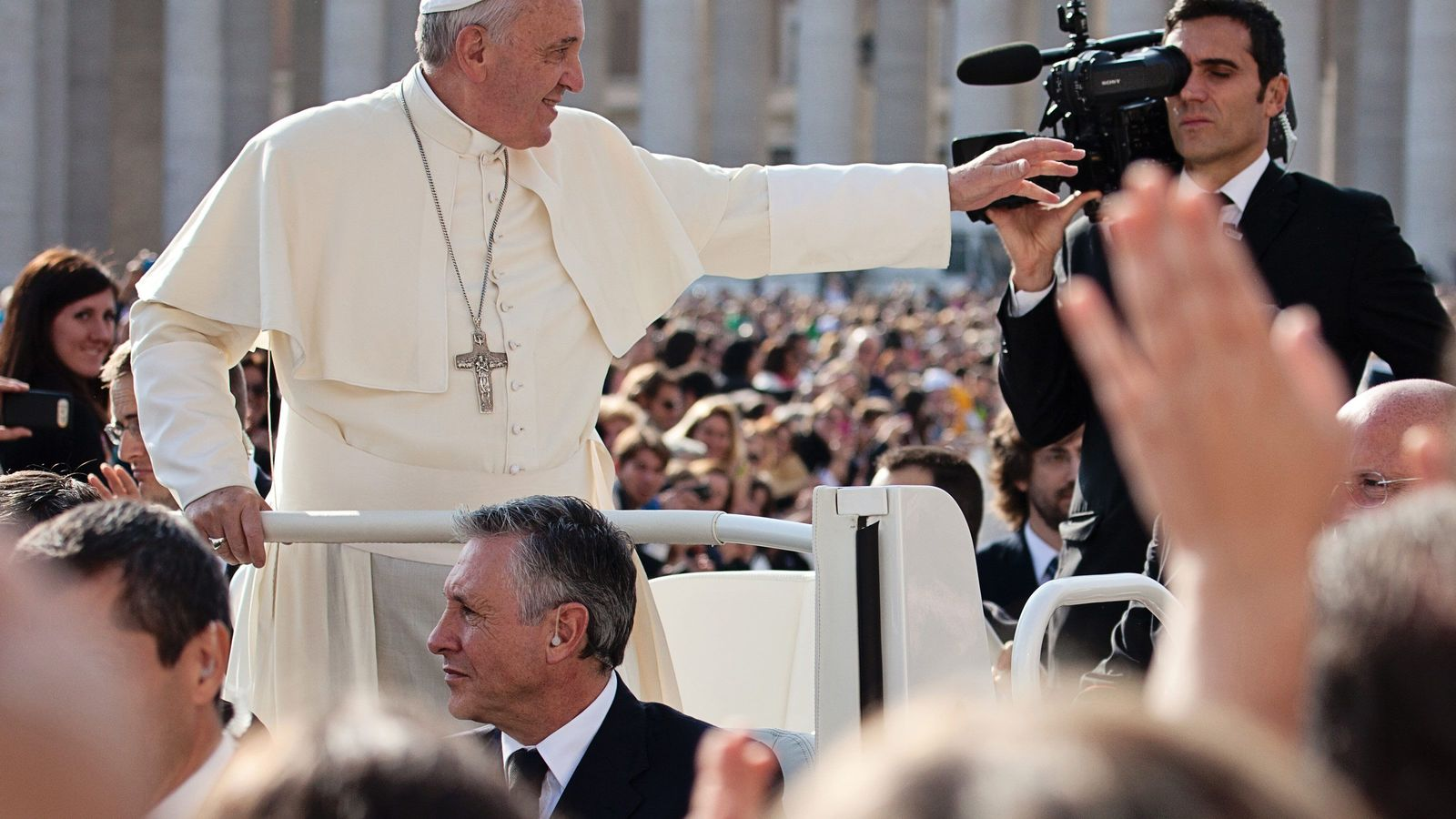 38年ぶりに来日する「ローマ法王」人気のヒミツ 弱者側に立ち、権力者に忖度しない