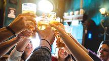 専門医が警鐘、なぜ今、女性のアルコール依存症リスクが高まっているのか