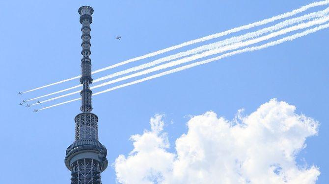 東京・墨田区のスカイツリー上空を飛行するブルーインパルス=2020年5月29日