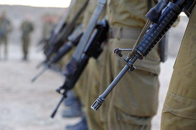 イスラエルの兵士たちが、M-16A4アサルトライフルを手にしている
