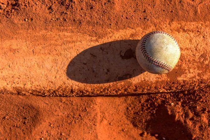 マウンドに転がっている野球ボール