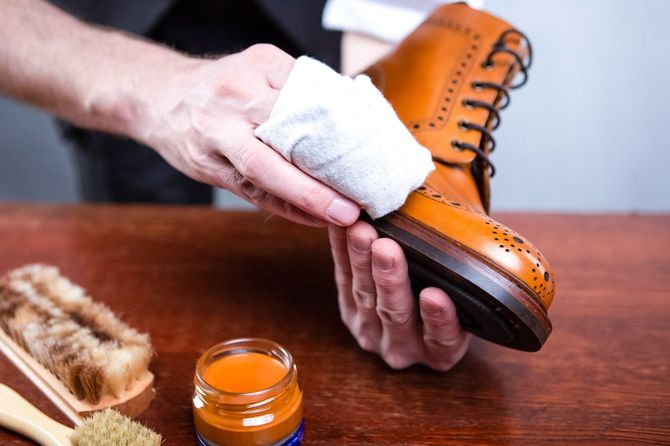 革靴を磨く手