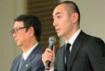 暴行事件について会見する歌舞伎俳優の市川海老蔵氏(右)。先に通報したのは海老蔵氏の妻だった。(PANA=写真)