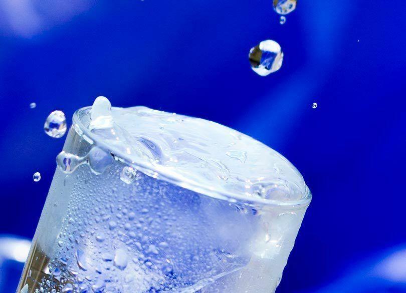 「コップの水」を飲む人は、富裕層になれない 「みっともなく生きる」習慣が大事