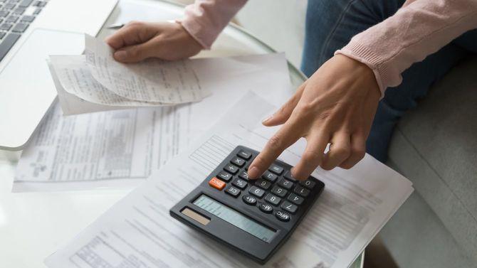 経費を計算する女性の手元